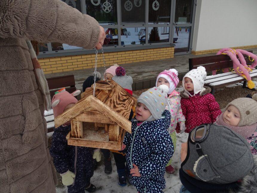 Pszczółki dokarmiają ptaszki oraz miło spędzają czas w Żłobku